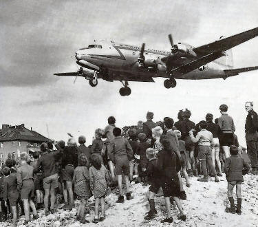 Berlin Airlift: Berliners watch a US Air Force plane land at Tempelhof Airport
